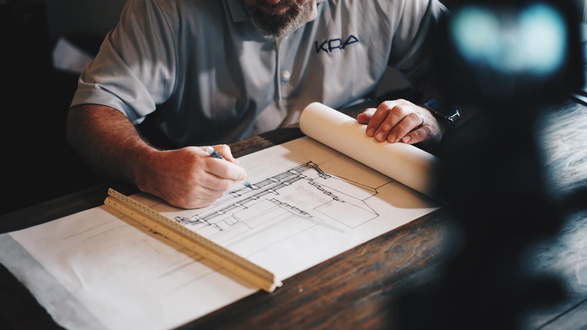 Architekt zeichnet Skizze