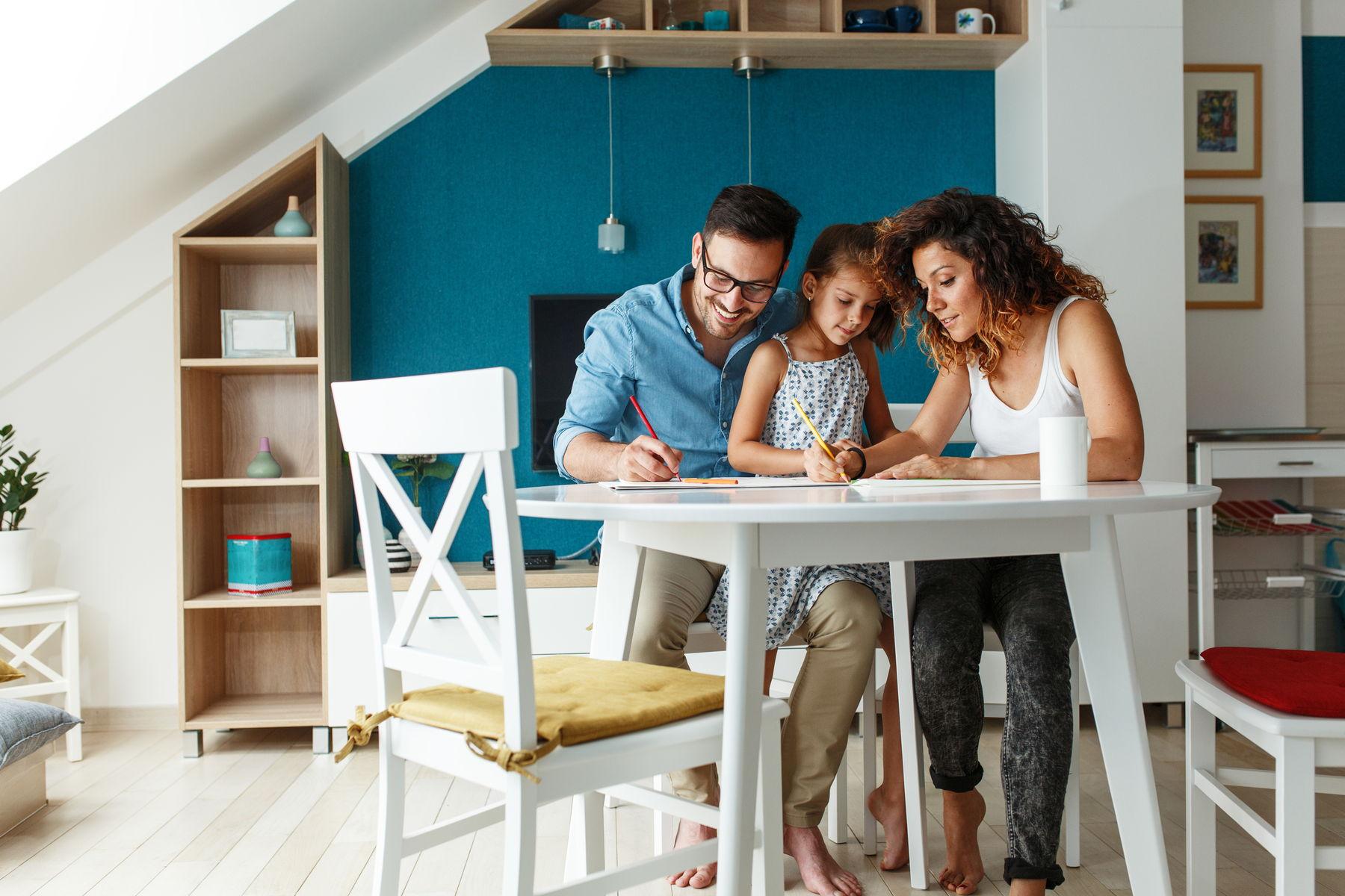 Familie schaut Fernsehen im Wohnzimmer